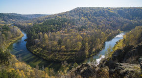 Paysage de montagne avec une vue de rivière image libre de droits