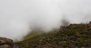 Paysage de montagne de balle avec la brume et les nuages clips vidéos