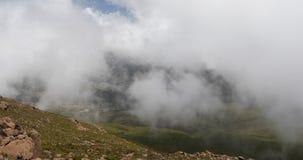 Paysage de montagne de balle avec la brume et les nuages banque de vidéos