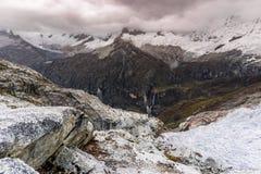 Paysage de montagne de Blanca de Cordillère en mauvais temps Images libres de droits