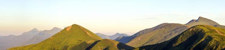 Paysage de montagne carpathienne en été Vue panoramique Coucher du soleil photo stock