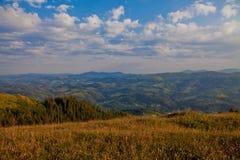 Paysage de montagne de Carpathiens dans le beau jour image libre de droits