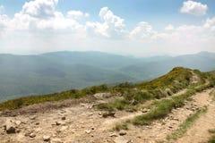 Paysage de montagne, ciel bleu et nuages blancs, Pologne Image libre de droits