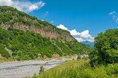 Paysage de montagne d'été avec la rivière photos stock