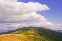 Paysage de montagne d'été avec la route et l'ombre des nuages image stock