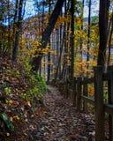 Paysage de montagne d'automne le long d'un chemin de hausse avec la barrière en bois image stock