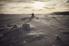 Paysage de montagne d'hiver au coucher du soleil photographie stock libre de droits