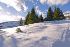Paysage de montagne d'hiver avec la neige et le ciel bleu photo libre de droits