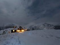 Paysage de montagne d'hiver de nuit dans le clair de lune de pleine lune Photographie stock libre de droits