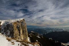 Paysage de montagne dans l'horaire d'hiver dans Carphatians Photographie stock libre de droits