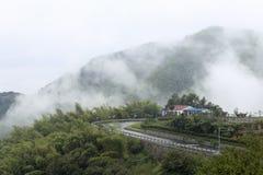 Paysage de montagne dans la pluie et le brouillard Images libres de droits