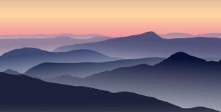 Paysage de montagne dans la soirée d'été illustration libre de droits