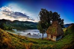 Paysage de montagne dans le matin brumeux en Roumanie Image libre de droits