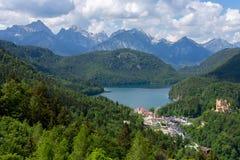 Paysage de montagne dans les Alpes bavarois avec le village Hohenschwangau, Bavière, Allemagne Jour d'été ensoleillé photo stock