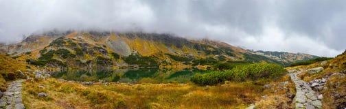 Paysage de montagne dans un jour nuageux images libres de droits
