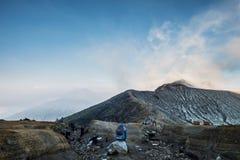 Paysage de montagne de Kawah Ijen, pendant le matin Images stock