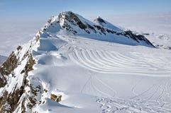Paysage de montagne de Milou par temps ensoleillé avec la piste de ski Image stock
