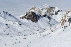 Paysage de montagne de Milou par temps ensoleillé avec la piste de ski Photographie stock libre de droits