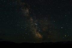 Paysage de montagne de nuit avec le nig neigeux de crêtes et de bords de montagne Image libre de droits