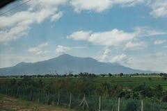 Paysage de montagne entre le pensionnaire Butterworth, vue thaïlandais et de la Malaisie de l'intérieur du train thaïlandais Images stock