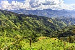 Paysage de montagne et de route chez Phou Khoun, Laos Photo stock