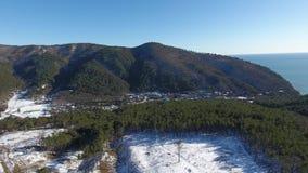 Paysage de montagne et paysage marin, vue aérienne banque de vidéos