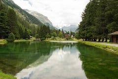 Paysage de montagne et un lac propre photo libre de droits
