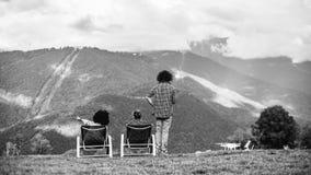 Paysage de montagne de gamme de gris avec des silhouettes des personnes de trhee et Photos stock