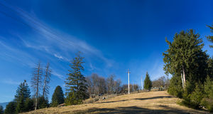 Paysage de montagne, la route vers le haut de la colline Images stock