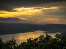 Paysage de montagne pendant le coucher du soleil dans l'heure d'été Images stock