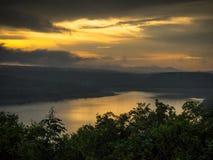 Paysage de montagne pendant le coucher du soleil dans l'heure d'été Photo stock