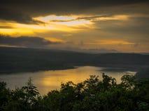 Paysage de montagne pendant le coucher du soleil dans l'heure d'été Photographie stock
