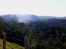 Paysage de montagne, rayons du soleil et barrière photo libre de droits