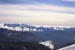 Paysage de montagne de station de sports d'hiver de skieurs de surf des neiges de neige image libre de droits
