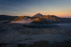 Paysage de montagne de volcan actif de Bromo au lever de soleil, Java-Orientale, I Image libre de droits