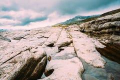 Paysage de montagnes avec le ciel bleu en Norvège scandinavia image stock
