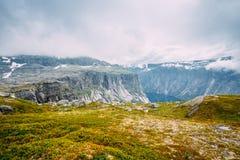 Paysage de montagnes avec le ciel bleu en Norvège scandinavia images stock
