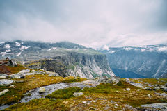 Paysage de montagnes avec le ciel bleu en Norvège scandinavia photographie stock libre de droits