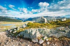 Paysage de montagnes avec le ciel bleu en Norvège Voyage dans Scandinav photos libres de droits