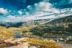 Paysage de montagnes avec le ciel bleu en Norvège Voyage en Scandinavie photo libre de droits