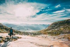 Paysage de montagnes avec le ciel bleu en Norvège Voyage en Scandinavie photos stock