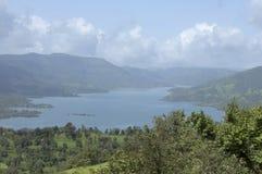 Paysage de montagnes et d'eau de rivi?re avec des nuages chez Satara, maharashtra, Inde image stock
