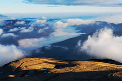 Paysage de montagnes sous des nuages Photographie stock libre de droits