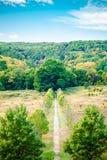 Paysage de nature avec des collines et des arbres et le chemin de marche photos libres de droits