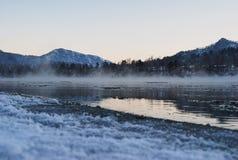 Paysage de nature d'hiver pendant le crépuscule de soirée photos stock
