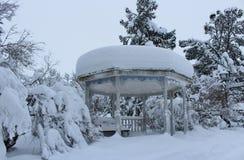 Paysage de neige en parc de ville photo libre de droits