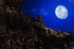 Paysage de nuit avec la lune Photographie stock