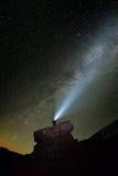 Paysage de nuit avec la manière laiteuse au-dessus de la montagne de Ceahlau photo stock