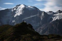Paysage de nuit avec le touriste sur la montagne Photographie stock