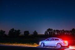 Paysage de nuit avec Volkswagen Polo sous les étoiles Dobrush, B Image libre de droits